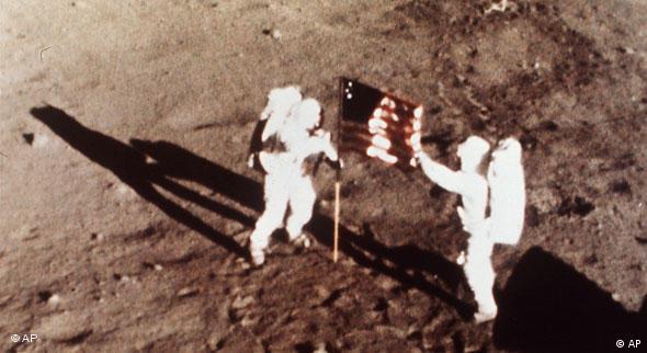 Dva astronauta na Mjesecu pored američke zastave (AP)