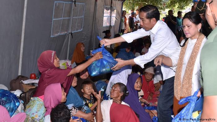Indonesien Joko Widodo bei Erdbeben Opfern (Biro Pers Setpres/Kris)