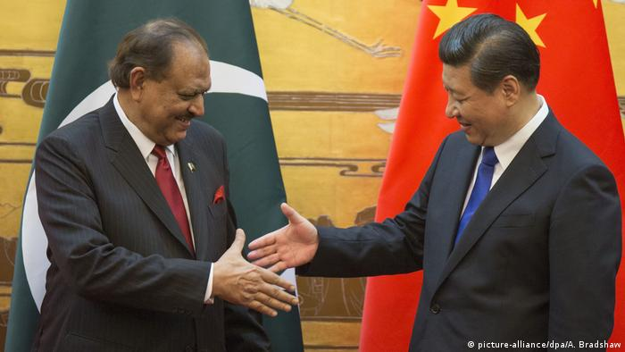 China Mamnoon Hussain bei Xi Jinping (picture-alliance/dpa/A. Bradshaw)