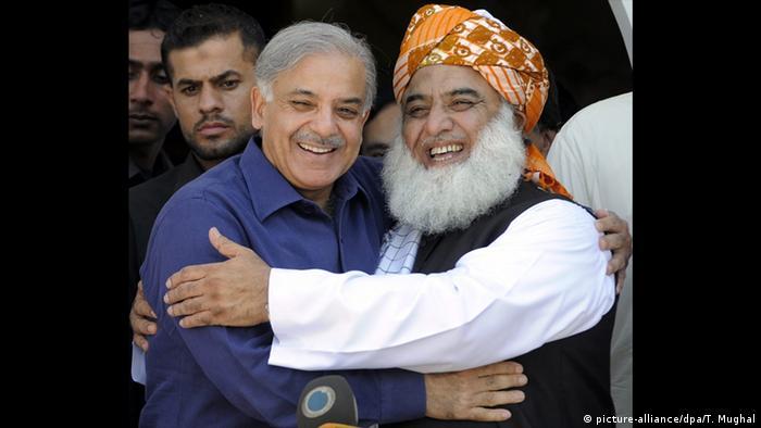 Islamabad Treffen Shahbaz Sharif Maulana Fazal-ur-Rehman (picture-alliance/dpa/T. Mughal)