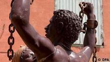 ARCHIV - Eine Statue auf Goree Island im Senegal erinnert an die Abschaffung der Sklaverei (Archivfoto vom 09.05.2006). Die Vereinten Nationen gedenken eines der dunkelsten Kapitel in der Geschichte der Menschheit. An diesem Sonntag (25.03.2007) jährt sich das Verbot des transatlantischen Sklavenhandels im UN-Kalender zum 200. Mal. Im März 1807 entsagte Großbritannien per Gesetz der Sklaverei. Die USA folgten im gleichen Monat mit einer Verordnung, die allerdings erst 1808 in Kraft trat. Dänemark hatte die Sklavenhaltung offiziell schon 1792 abgeschafft, griff aber erst Jahre später tatsächlich durch. Spanien verbot die Sklaverei 1811, Schweden und die Niederlande schlossen sich an. In Frankreich erhielten Sklaven 1848 per Dekret ihre Freiheit zurück. Foto: Pierre Holtz (zu dpa-Korr. Menschenhandel blüht auch 200 Jahre nach Ende der Sklaverei vom 22.03.2007) +++(c) dpa - Bildfunk+++