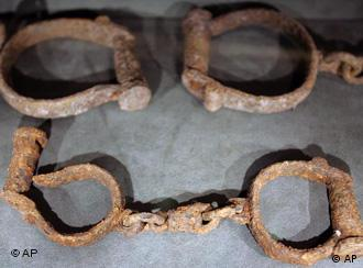 Cadenas en el Museo Internacional sobre la Esclavitud, en Liverpool, Gran Bretaña. Hoy, las cadenas son invisibles, pero existen.