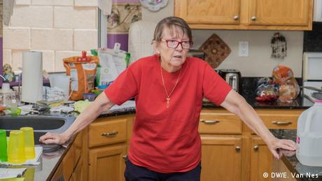 A woman standing in her kitchen (DW/E. Van Nes)
