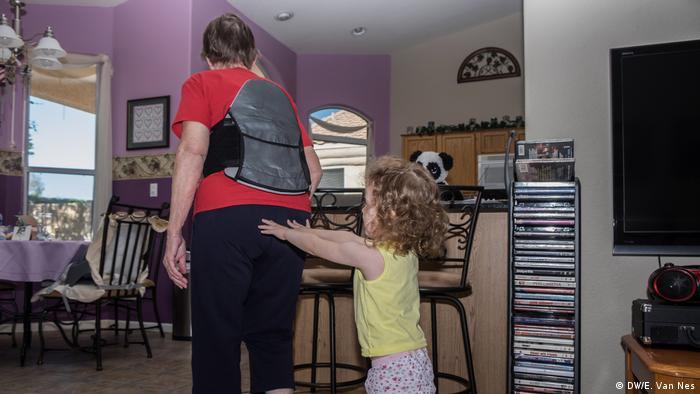 A kid pushing a woman through her living room (DW/E. Van Nes)