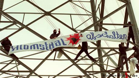 Masked demonstrators hang a banner against nuclear power in 1997 (picture-alliance / dpa)