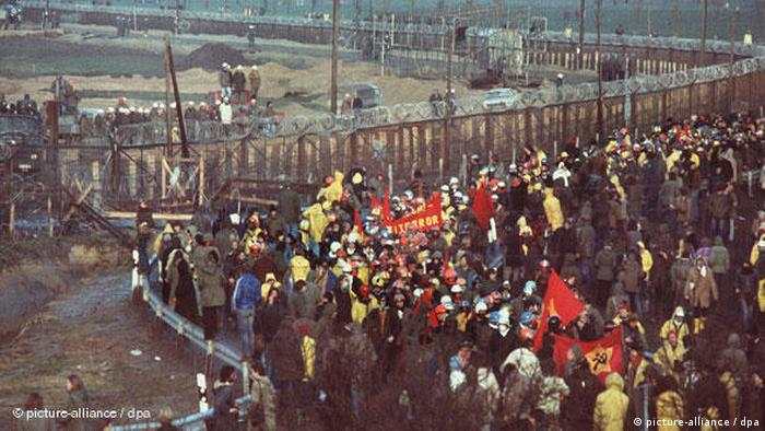 Demonstrators in Brokdorf, 1976 (picture-alliance / dpa)