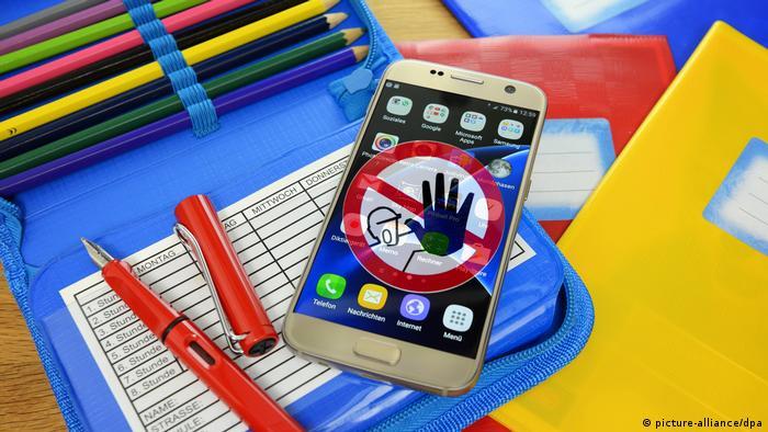 Смартфон на школьных тетрадях