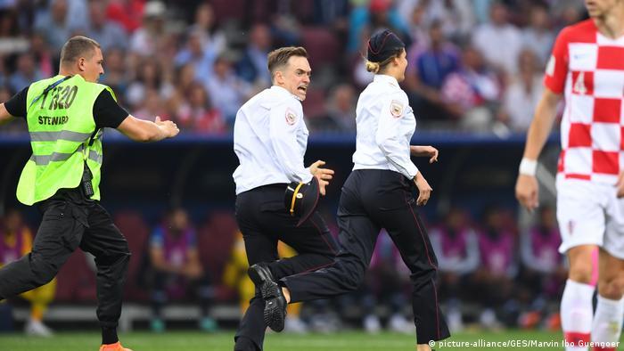 Russland Pussy Riot - Aktivisten stürmen das WM-Finale (picture-alliance/GES/Marvin Ibo Guengoer)