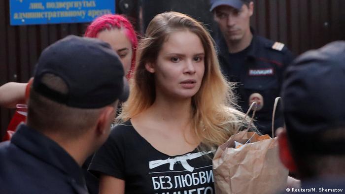 Веронику Никульшину задерживают после выхода из спецприемника в 2018 году