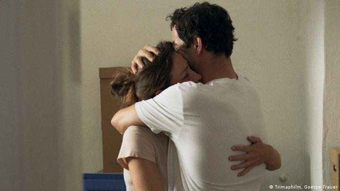 Film still All good: a man and a woman hug. (Trimaphilm, Goetze Trauer)