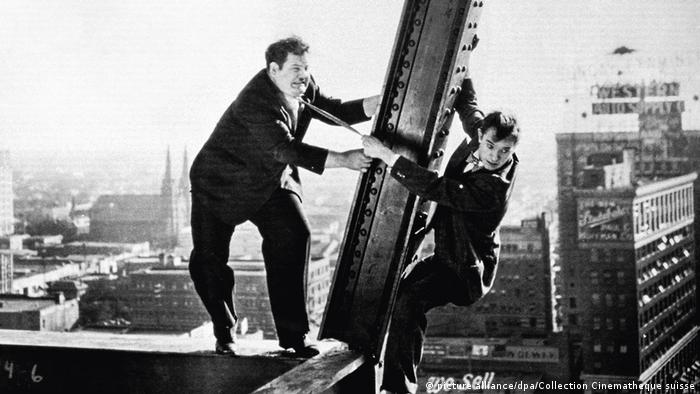 Filmstill from Liberty: two men on a skyscraper try not to fall (picture alliance/dpa/Collection Cinematheque suisse)