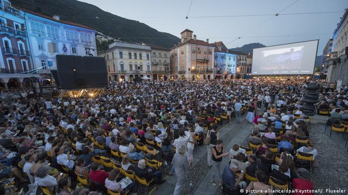 crowd outdoors watching film on Piazza Grande in Locarno. (picture-alliance/dpa/Keystone/U. Flueeler)