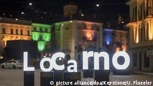 ARCHIV - 01.08.2017, Schweiz, Locarno: Eine Installation mit den beleuchteten Großbuchstaben «L.O.C.A.R.N.O.» ist auf der Piazza Grande zu sehen. (zu dpa Humor ist Trumpf beim 71. Internationalen Filmfestival von Locarno vom 30.07.2018) Foto: Urs Flueeler/KEYSTONE/dpa +++ dpa-Bildfunk +++  