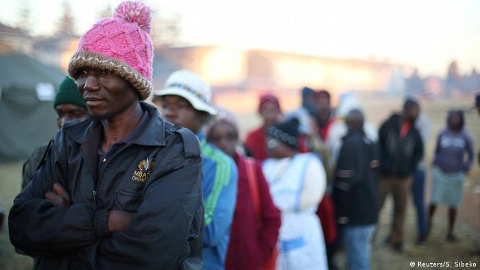 Zimbabwean voters queue to cast their ballots