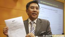 11.04.2016 ARCHIV - 11.04.2016, Malaysia, Putrajaya:Azharuddin Abdul Rahman, Chef der zivilen Luftfahrtbehörde in Malaysia, zeigt während einer Pressekonferenz eine Erklärung. Der Leiter der zivilen Luftfahrt erklärte nach der Kritik im Zusammenhang mit dem rätselhaften Verschwinden von Flug MH370 seinen Rücktritt. Foto: Uncredited/AP/dpa +++ dpa-Bildfunk +++  