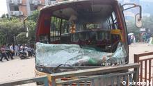 2 Studenten sterben bei Straßenunfällen deswegen Studenten protestieren und blockieren die Straße. DW Content Parter jahidul.kabir@bdnews24.com hat die Bilder geschickt. Schlagwort: Dhaka, Bangladesh, Straßenunfall, Police, Road Accident