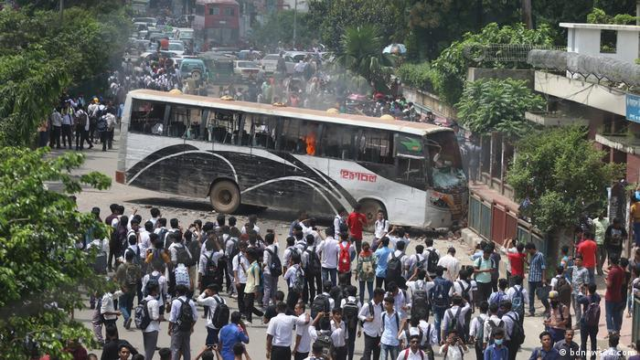 Bangladesch Dhaka - Proteste nachdem zwei Studenten bei Straßenunfällen starben (bdnews24.com)