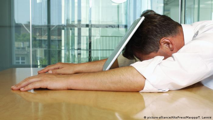 Stress at the workplace (picture-alliance/AltoPress/Maxppp/T. Lannié)