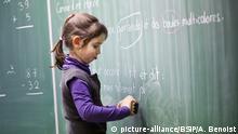 Frankreich - Schülerin an der Tafel