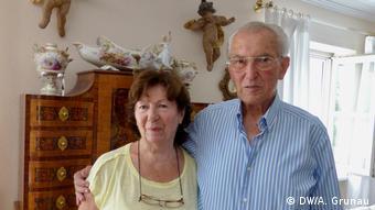 Der Auschwitz-Überlebende Hermann Mano Höllenreiner mit seiner Frau Else Höllenreiner. (DW/A. Grunau)
