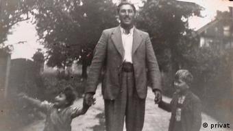 Erinnerung an die Zeit vor der Deportation nach Auschwitz: Mano Höllenreiner mit seinem Vater und seiner Schwester Lilly (privat)