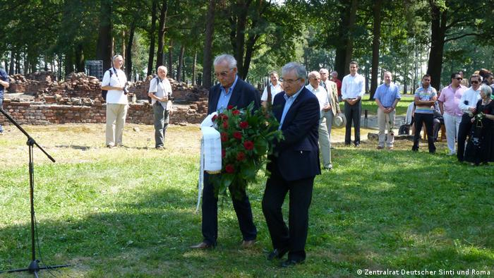 El sobreviviente de Auschwitz, Hermann Mano Höllenreiner (centro izq. junto con el sobreviviente sinti holandés Zoni Weisz, durante la conmemoración de 2011.