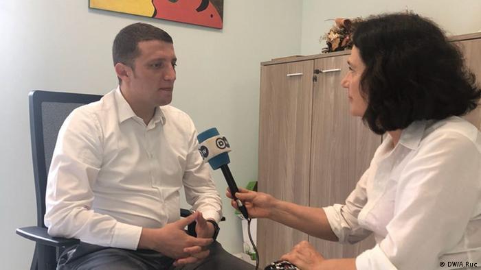 Glevin Dervishi, Berater des Ministers, im Ministerium für Europa und auswärtige Angelegenheiten, im Interview für DW, in Tirana. (DW/A.Ruc)