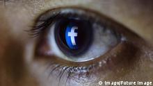 Tablet Benutzer blickt auf ein Facebook Logo Foto xC xHardtx xFuturexImage