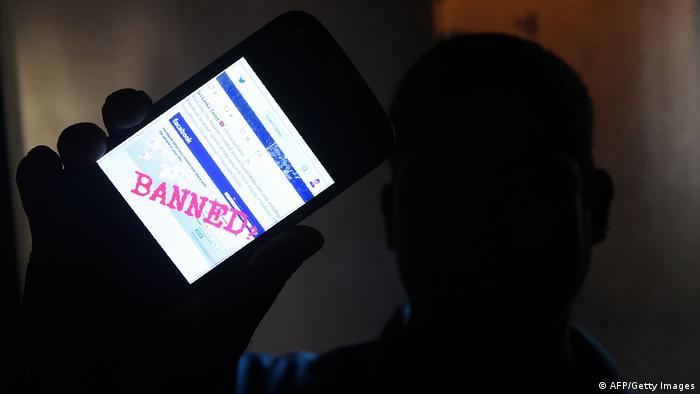 Symbolbild Facebook Zensur Sperre (Getty Images/AFP/I. Kodikara)