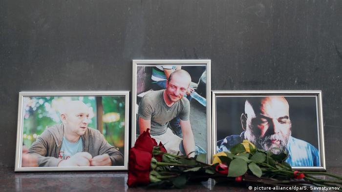 Цветы у портретов Александра Расторгуева, Кирилла Радченко и Орхана Джемаля