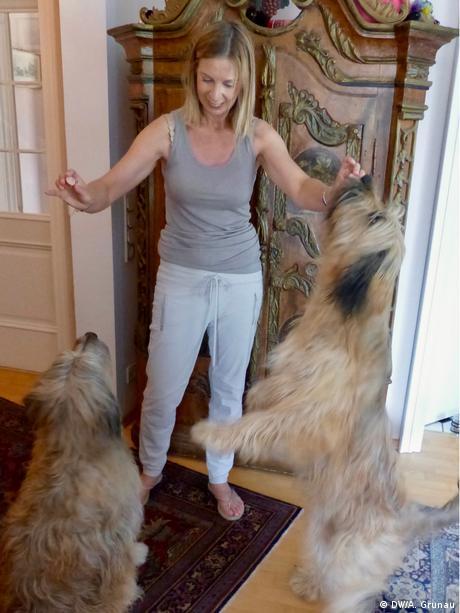 Los perros de su hija Carol dan vida a la casa. (DW/A. Grunau)