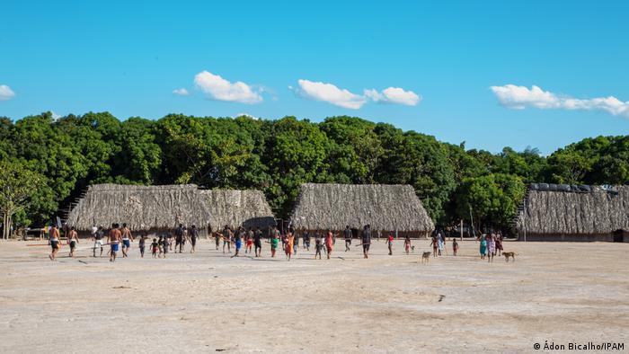 Brasilien, indigene Gemeinde im Norden Brasiliens lernen wie man das IPAM nutzt um illegale Abholzung in ihrem Ort anzumelden. (Ádon Bicalho/IPAM)
