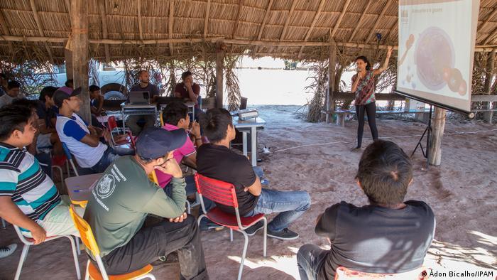Mitglieder der indigenen Gemeinschaft bei einem Workshop (Quelle: Ádon Bicalho / IPAM)