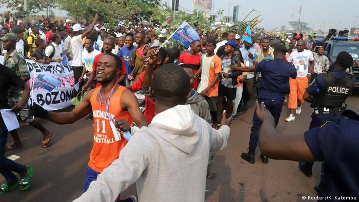 Anhänger bei der Begrüßung von Oppositionsführer Bemba mit Fahnen und Transparenten auf den Straßen von Kinshasa