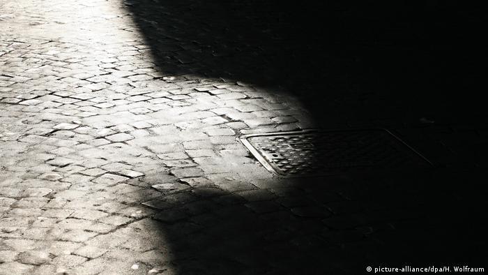 Symbolbild Wörter der Woche Schattenseite (picture-alliance/dpa/H. Wolfraum)