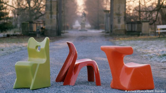 Red and greens chairs of plastic sitting outside in 1973 (picture-alliance/dpa/H. Ossinger)