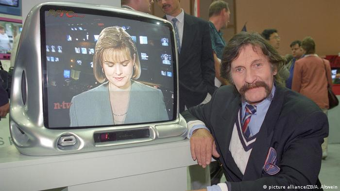 Designer Luigi Colani siting next to his television model (picture alliance/ZB/A. Altwein)
