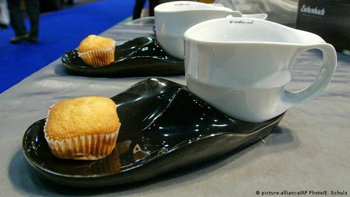 White coffee cups on black saucers (picture-alliance/AP Photo/E. Schulz)