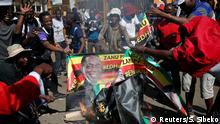 Simbabwe, Harare: Anhänger der Opposition Chamisas MDC-Partei protestieren auf der Straße