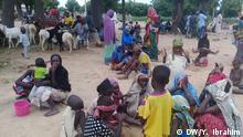 Titel: Flüchtlinge im nigerianischen Bundesstaat Zamfara Beschreibung Im Bundesstaat Zamfara im Nordwesten Nigerias versetzen bewaffnete Banden die Menschen in Angst und Schrecken. Tausende sind aus ihren zerstörten Dörfern geflohen. Viele Frauen haben ihre Ehemänner verloren. Hier haben sich Frauen mit ihren Kindern in eine Sekundarschule der Stadt Zurmi geflüchtet. Schlagworte: Nigeria, Gewalt, Zamfara, Zurmi Fotograf: Yusuf Ibrahim (DW-Korrespondent) Aufnahmedatum: 30.07.2018 Bildrechte: - Der Fotograf / die Fotografin ist (freie) Mitarbeiter(in) der DW, so dass alle Rechte bereits geklärt sind