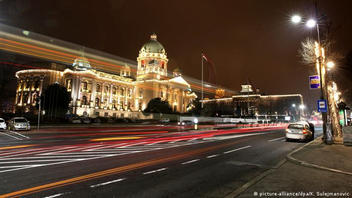 Belgrad Parlament Weihnachtsbeleuchtung (picture-alliance/dpa/K. Sulejmanovic)