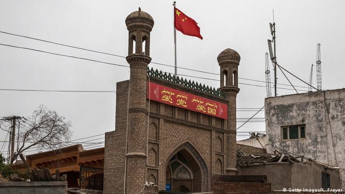 China Kaschgar Mosche chinesische Fahne (Getty Images/K. Frayer)