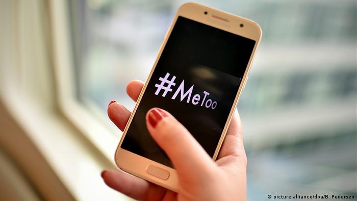 hand holding cellphone that reads #metooo (picture alliance/dpa/B. Pedersen)