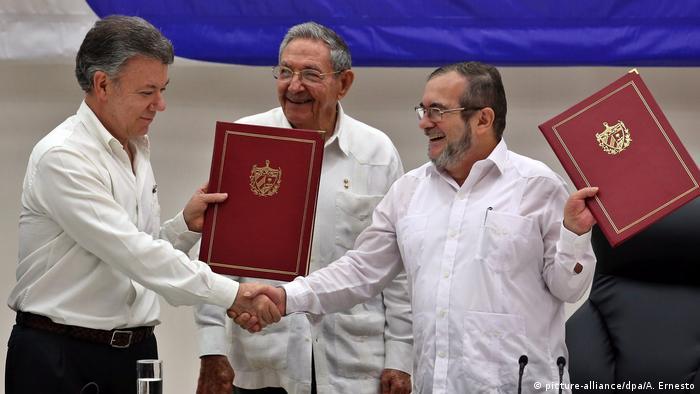 El expresidente colombiano Juan Manuel Santos (izquierda), el expresidente cubano Raúl Castro y el jefe de las FARC, Rodrigo Londoño