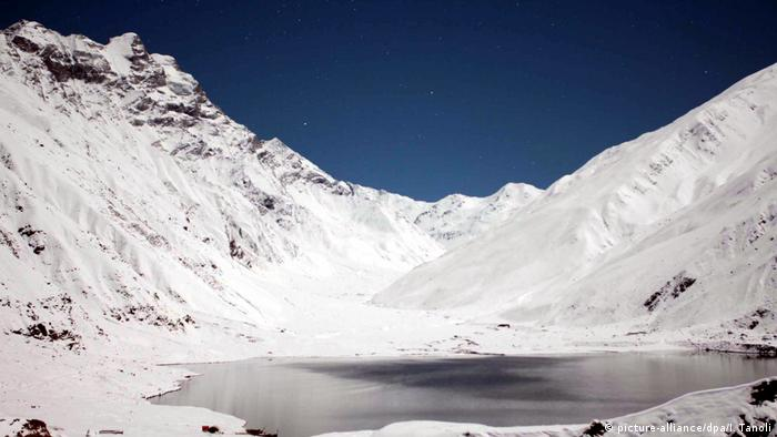 Pakistan avalanche leaves 7 climbers stranded