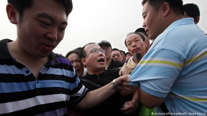 China Zhao Lianhai Aktivist Milchpulver Skandal Polizei (picture-alliance/dpa/H. Hwee Young)