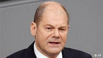 Bundesarbeitsminister Olaf Scholz gestikuliert am Donnerstag, 23. April 2009, waehrend seiner Rede im Bundestag in Berlin. (AP Photo/Michael Sohn) --- German Labour Minister Olaf Scholz is seen during his speech at the German Federal Parliament in Berlin, Germany, Thursday, April 23, 2009. (AP Photo/Michael Sohn)