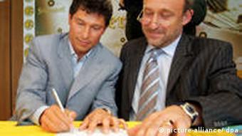 Der ehemalige bulgarische Spieler Krassimir Balakow (l.) unterzeichnet neben Bernd Stubenrauch (r.), Aufsichtsrat beim sächsischen Oberligisten VFC Plauen einen Beratervertrag. Foto: dpa