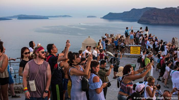 Tourists in Greece watch sunset (picture-alliance/dpa/A. Tzortzinis)