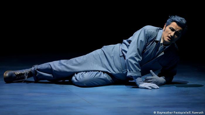 Piotr Beczala als Lohengrin in Bayreuth, auf dem Boden liegend. (Bayreuther Festspiele/E.Nawrath)